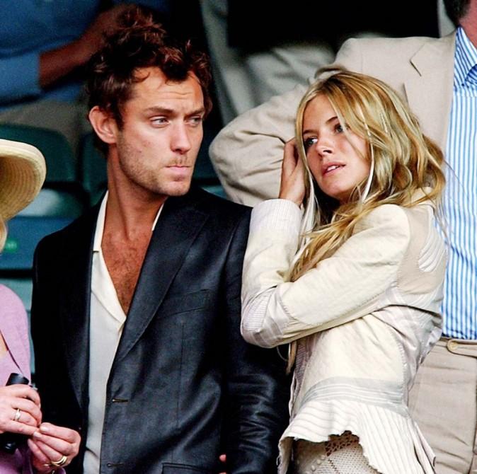 Jude Law et Sienna Miller lors du tournois de Wimbledon, le 30 juin 2004.