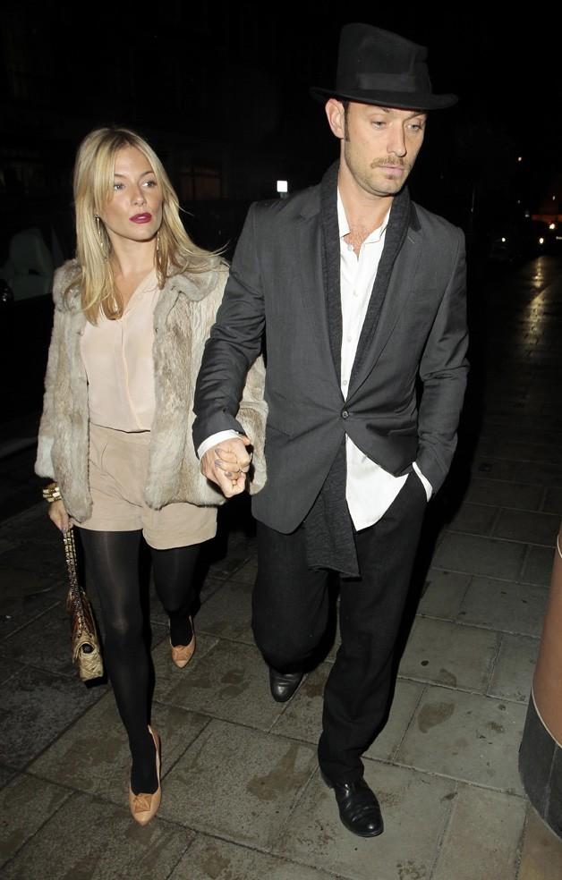Jude Law et Sienna Miller sortant du restaurant Cipriani, le 28 septembre 2010 à Londres.
