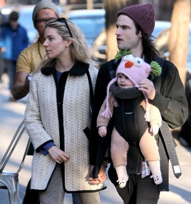 Balade en famille pour Sienna Miller, Tom Sturridge et leur fille