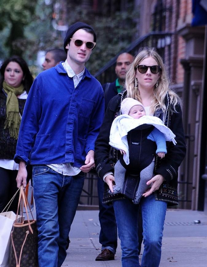 Sienna Miller en famille à New York, le 14 octobre 2012.