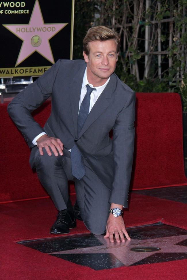 Simon Baker sur le Walk of Fame d'Hollywood pour recevoir son étoile le 14 février 2013