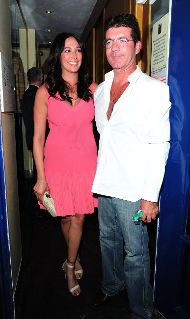 """Simon Cowell et Lauren Silverman totalement """"in love"""" à Londres, le 28 août 2013."""
