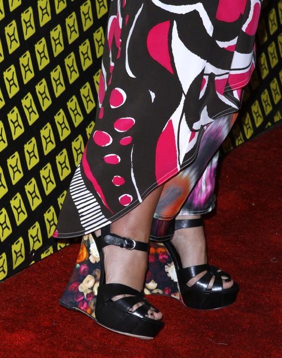 Même ses chaussures sont colorées !
