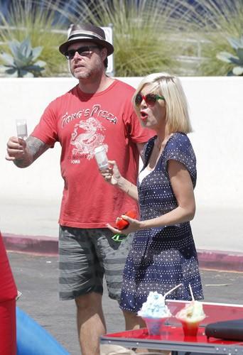 Tori Spelling et Dean McDermott, en famille au marché fermier de Malibu, le 10 août 2014