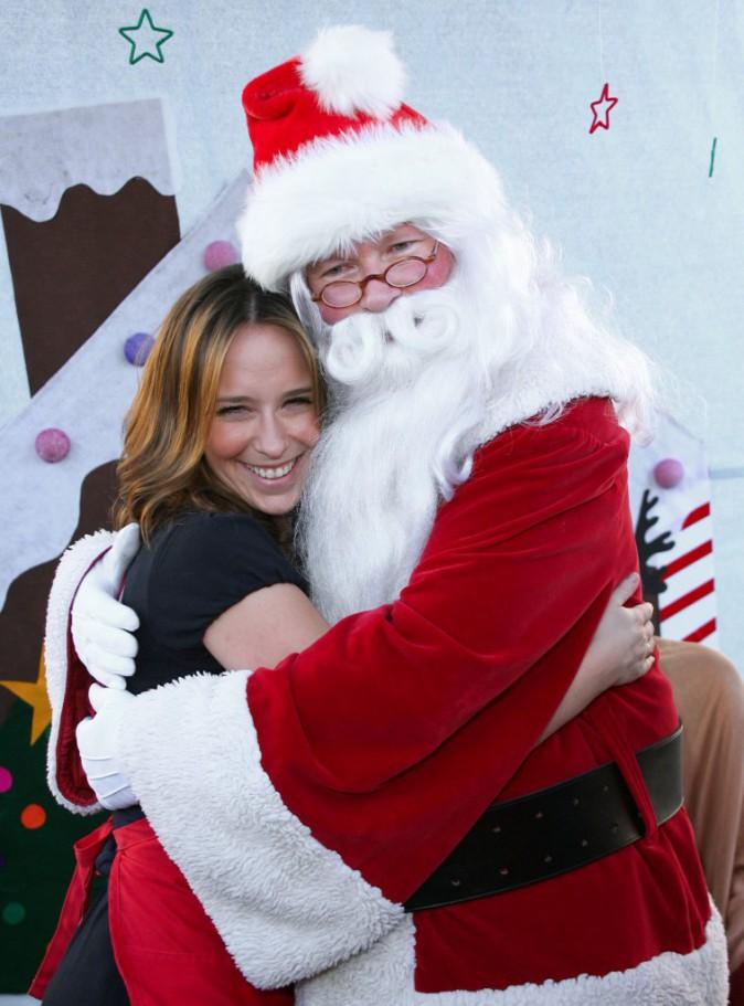 Belle accolade entre Jennifer Love Hewitt et père Noël