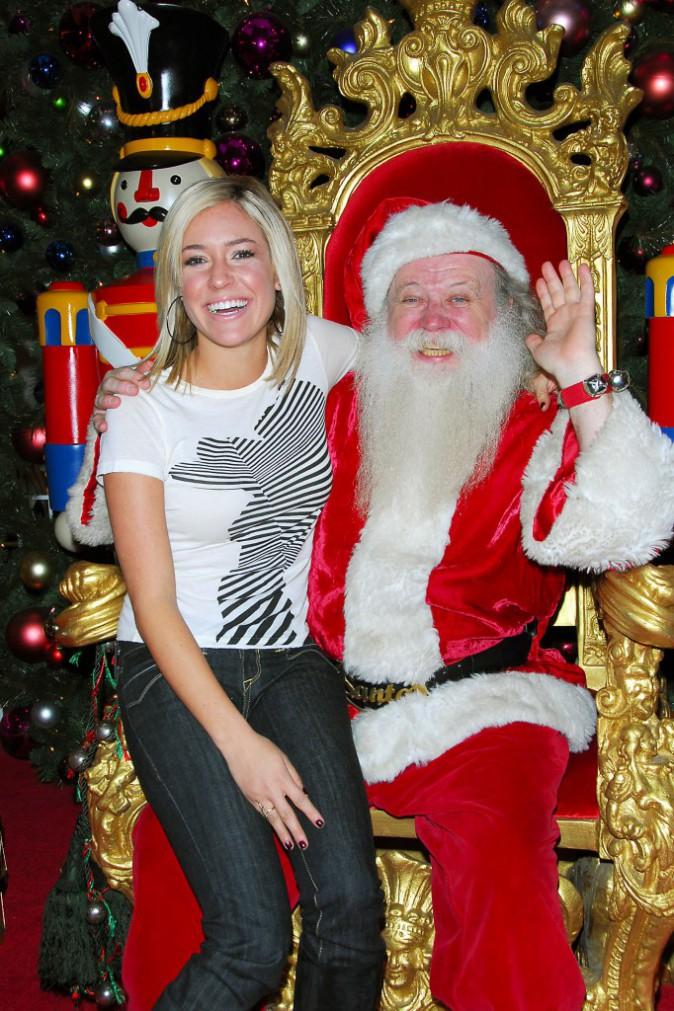 Kristin Cavallari (star de la série Laguna Beach) avec son sourire ultra assise aux genoux de père Noël