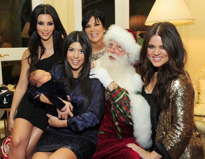Les belles Kim, Kourtney, Khloé Kardashian et leur maman Kris Jenner en décembre 2012 avec le père Noël