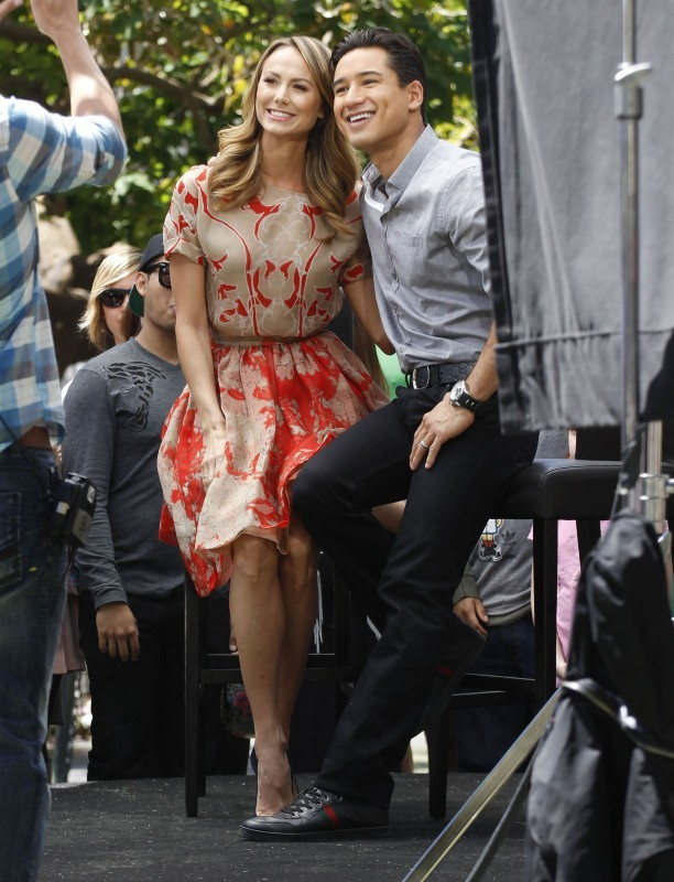 Stacy Keibler et Mario Lopez sur le plateau de l'émission Extra à Los Angeles, le 17 avril 2013.