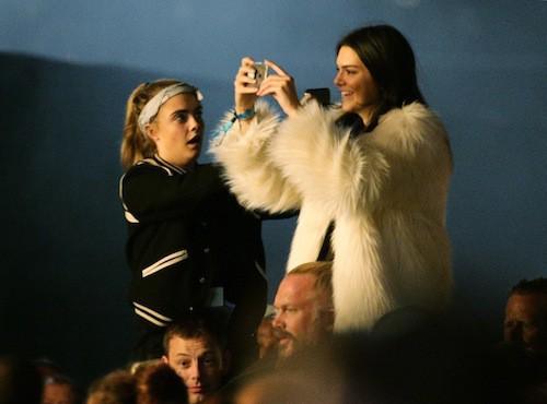 Kendall Jenner et Cara Delevingne au concert de Kanye West lors du festival de Glastonbury à Londres, le 27 juin 2015