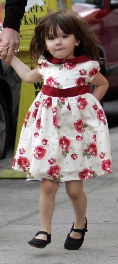 Suri Cruise en 2008 : Suri a l'habitude de se faire remarquer partout où elle passe, mais là dans cette robe, elle fait tapisserie !