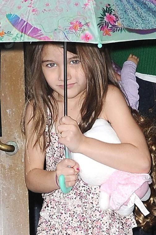 Une petite fille sous son parapluie Barbie ?