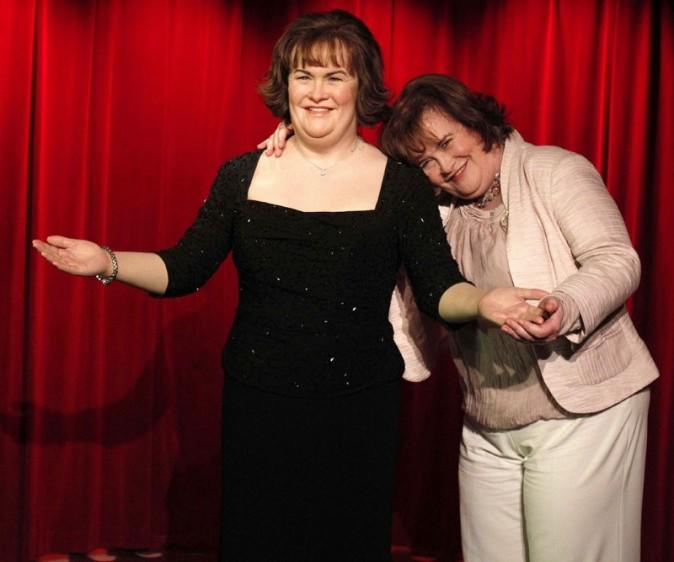 Susan Boyle tient à faire des câlins à son double de cire !