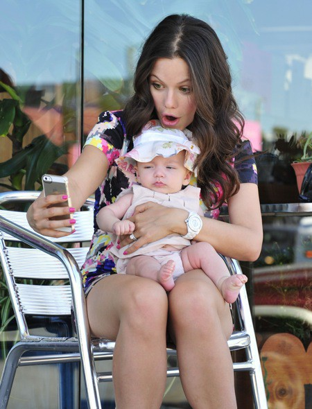 Photos : Tammin Sursok : la starlette de Pretty Little Liars prend déjà des selfies avec sa fille !