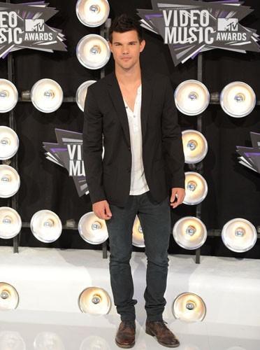 Blazer et t-shirt basique Taylor Lautner a tout bon !