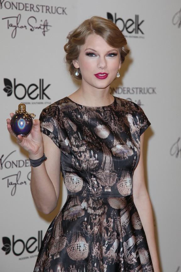 Taylor Swift présente son premier parfum à Nashville !