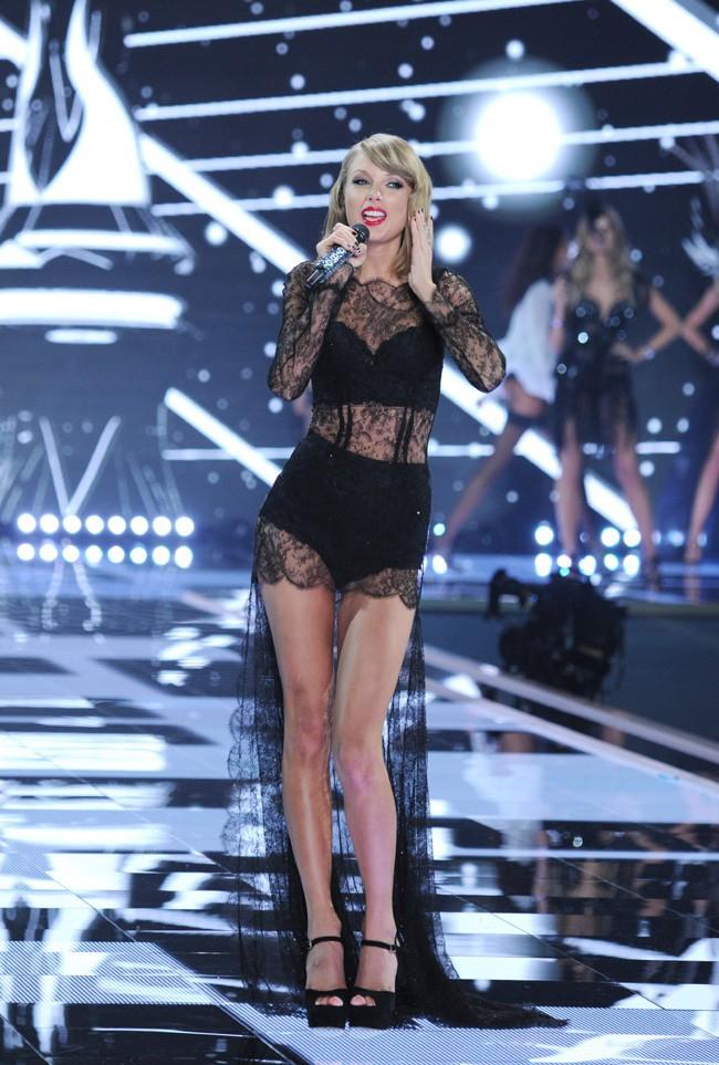 Taylor Swift au défilé Victoria's Secret organisé à Londres le 2 décembre 2014