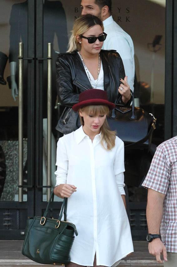 Taylor Swift et Demi Lovato en virée shopping chez Barneys à Beverly Hills le 29 septembre 2013