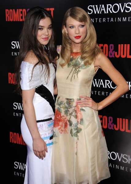 "Hailee Steinfeld et Taylor Swift lors de la première du film 3romeo and Juliet"" à Hollywood, le 24 septembre 2013."