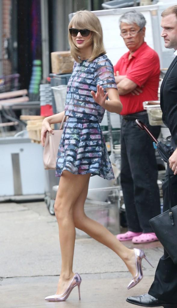 Taylor Swift : tenue fleurie et transparente pour la promotion de The Giver !