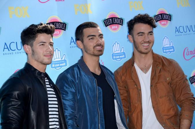 Kevin Jonas avec ses frères Nick et Joe à la cérémonie des Teen Choice Awards le 11 août 2013