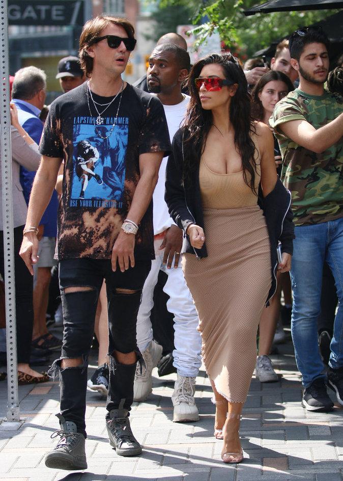 Photos : Tenue nude moulante et décolleté qui explose, Kim Kardashian est de retour !