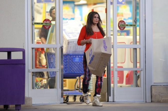 Photos : Tina Knowles : en virée shopping avec son boyfriend, la mère de Beyoncé fait le plein de cadeaux dans un magasin pour enfants !