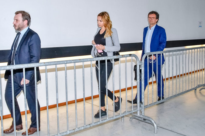 Nabilla Benattia arrive au tribunal avec ses deux avocats