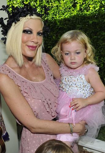 Tori Spelling : sa famille nage dans le bonheur pour les trois ans de sa petite Hattie !