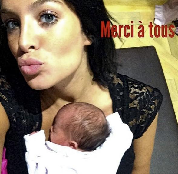 Jade Foret : À peine née, déjà selfsée, la petite Mila est le baby qui cache tendrement laForet !