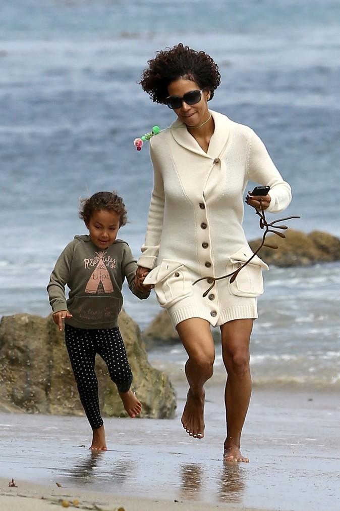 Halle Berry et sa fille courent les pieds dans le sable !