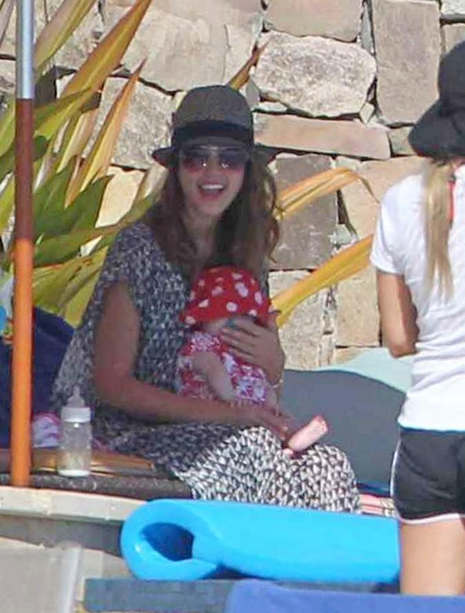 Jessica Alba pouponne son bébé à l'ombre !