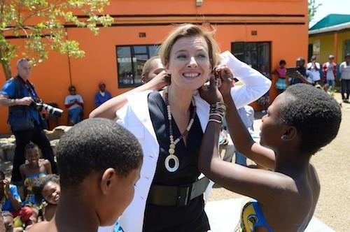 Photos : Valérie Trierweiler : elle tente quelques pas de danse avec des jeunes sud-africains !