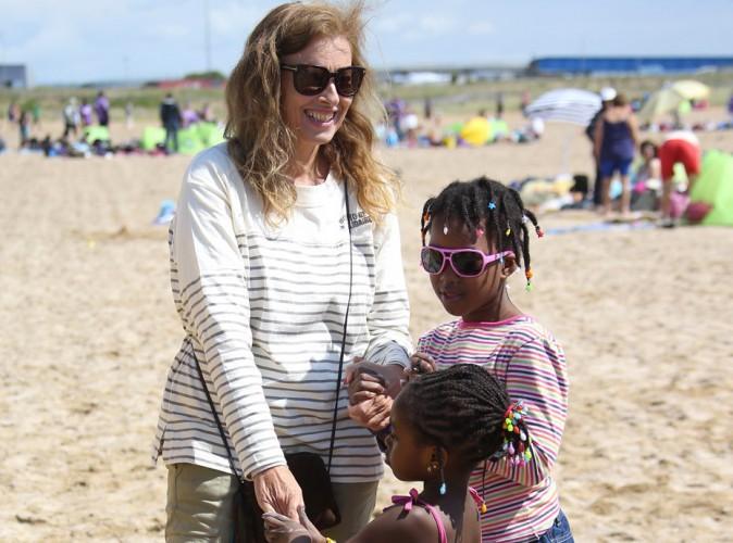Photos : Valérie Trierweiler : tout sourire, elle bosse dur à la plage pour la bonne cause !