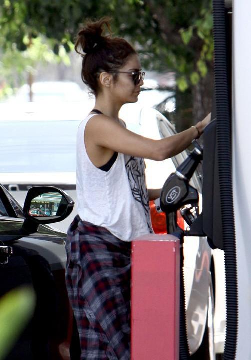 Vanessa Hudgens à une station essence de Studio City le 4 août 2013