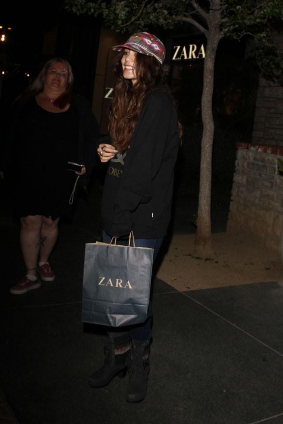 Vanessa Hudgens à la sortie de chez Zara à Los Angeles le 8 avril 2013