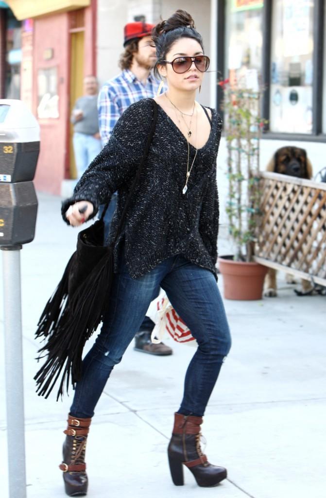 Vanessa Hudgens en virée à Los Angeles, le 21 décembre 2011.