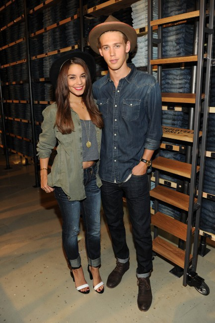 "Vanessa Hudgens et Austin Butler lors de l'événement ""American Eagle's Rock Your walk kick off"" à New York, le 30 juillet 2013."