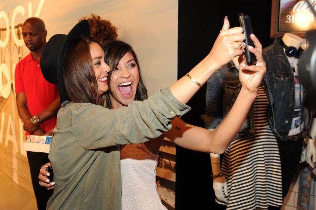 "Vanessa Hudgens et Jessica Szohr lors de l'événement ""American Eagle's Rock Your walk kick off"" à New York, le 30 juillet 2013."