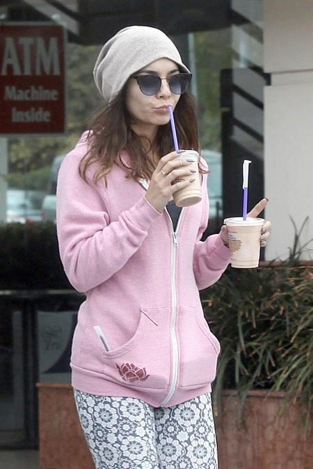 Photos : Vanessa Hudgens : un look ultra-décontracté et girly pour rassasier son besoin de caféine !