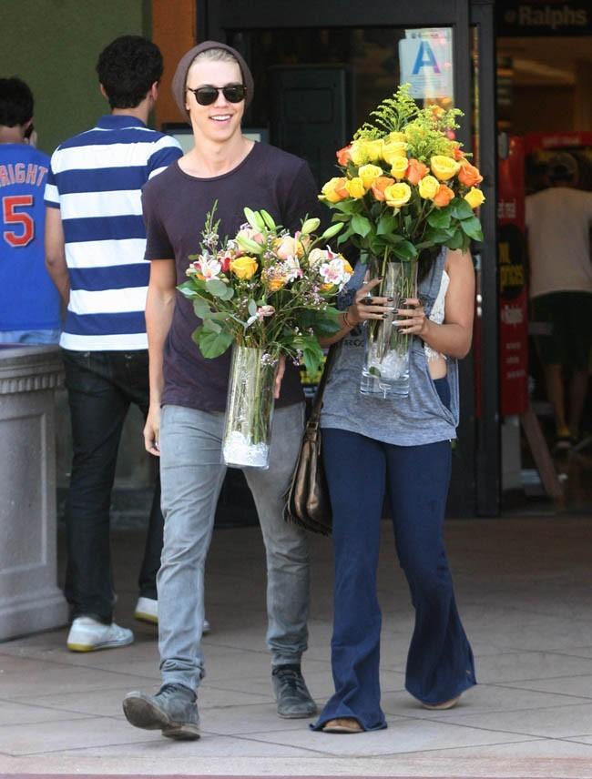 Vanessa Hudgens et Austin Butler le 13 mai 2012 à Toluka Lake, en Californie