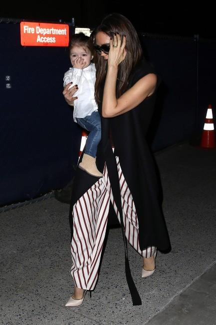 Victoria Beckham et ses enfants à l'aéroport de Los Angeles, le 28 mars 2013.