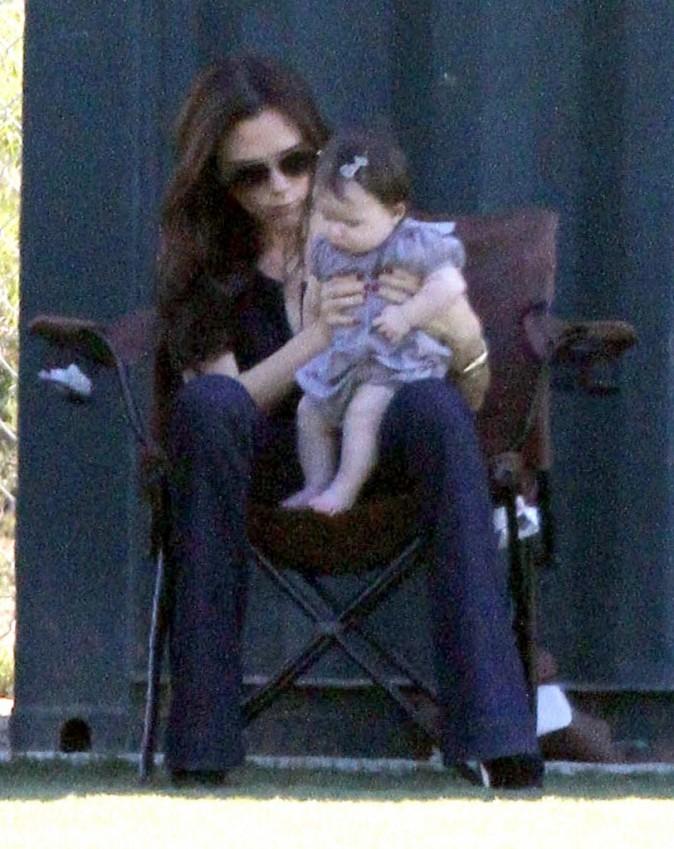 Victoria Beckham et sa fille Harper lors de l'entraînement de foot de Brooklyn à Los Angeles, le 29 octobre 2011.