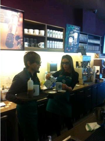 En serveuse au Starbucks du coin