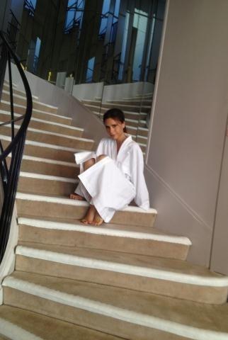 Victoria prend la pose dans le mythique escalier du la rue Cambon