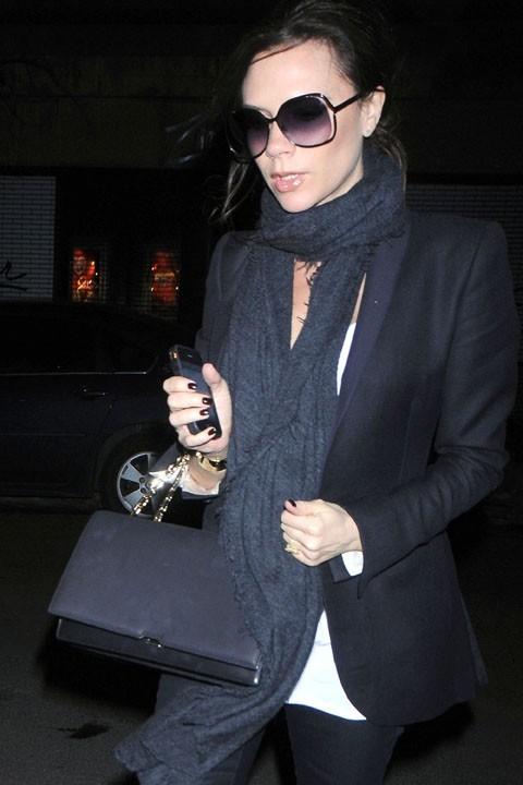 Victoria toujours avec ses lunettes noires !