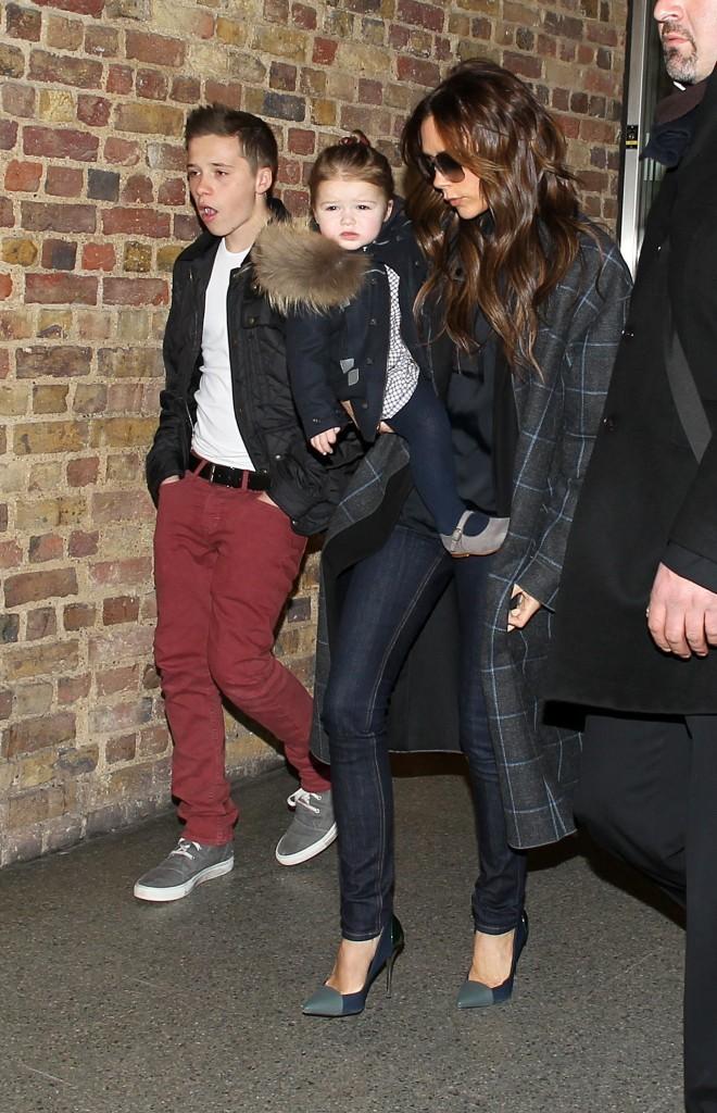Victoria Beckham de retour à Londres avec ses enfants, le 22 février 2013.