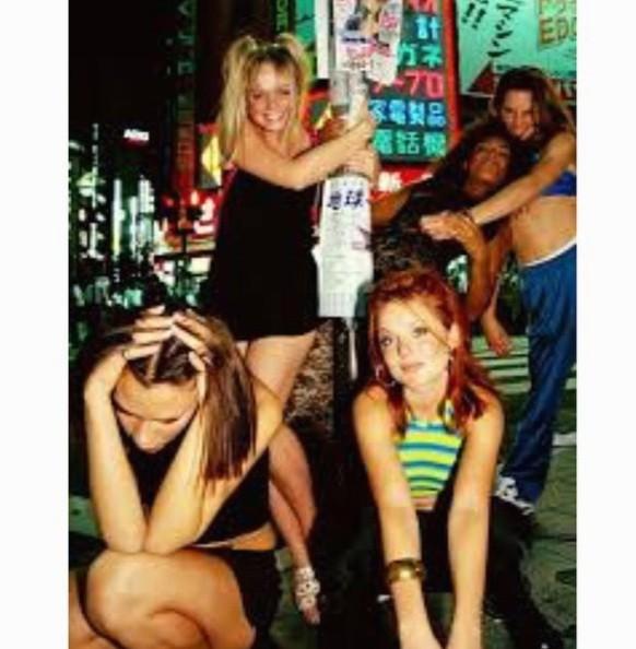 Victoria Beckham se lâche comme jamais à Singapour... Et n'oublie pas Geri Halliwell !