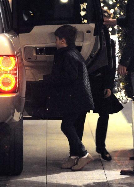 Victoria Beckham quittant le restaurant Maze à Londres avec son fils Cruz, le 12 décembre 2012.