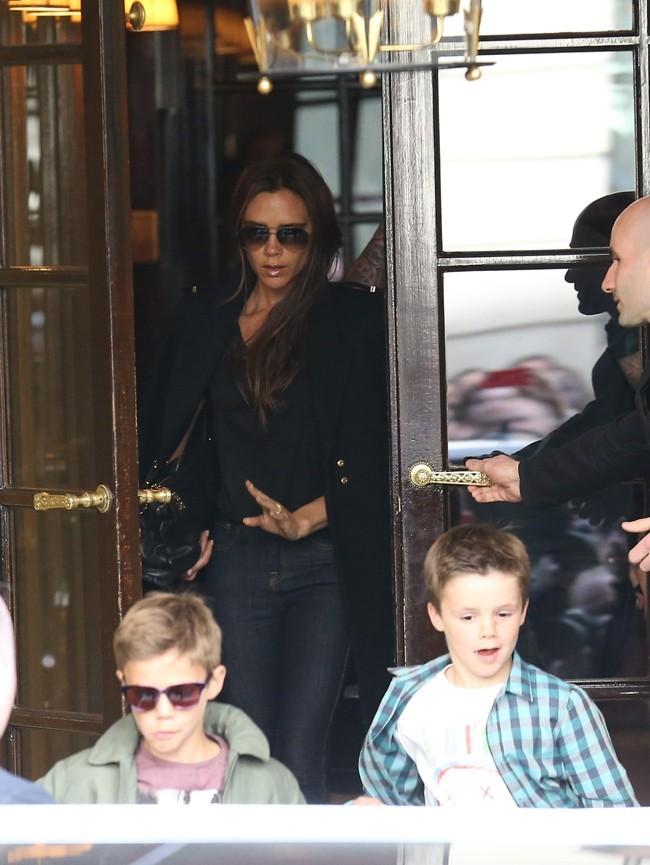 La famille Beckham à la sortie du Costes, à Paris, le 4 mai 2013
