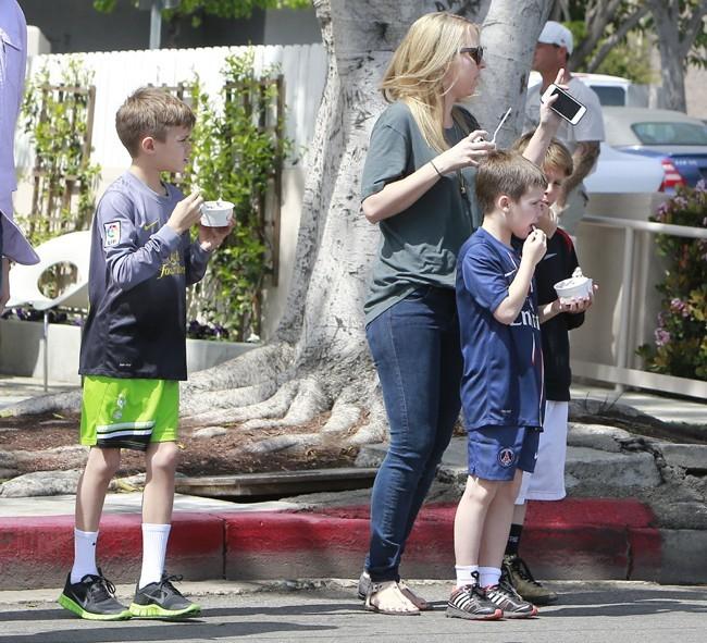 Cruz et Romeo Beckham avec leur nounou à Los Angeles le 29 mars 2013